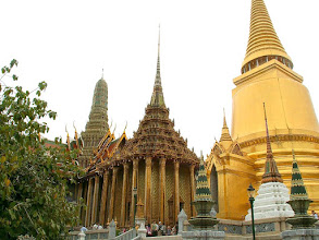 Photo: Bangkok, Wat Phra Kaew, Golden Chedi (Phra Sri Rattana Chedi) and Phra Mondop