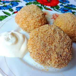 Sweet cheese balls with breadcrumbs (Ukrainian hombovtsi).
