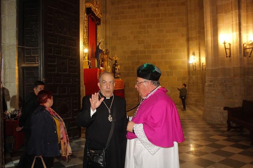 Sacerdotes en el interior de la Catedral.