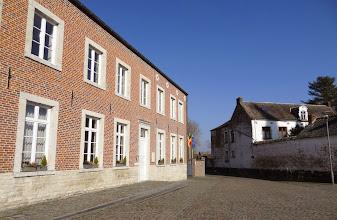 Photo: Beauvechain, kasseien, oude huizen en een café.