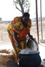 Photo: La cuisinière : préparation du tô