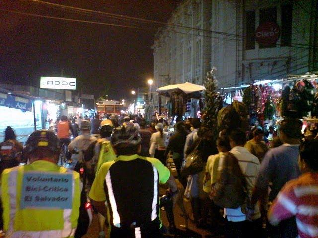 """Photo: En la Rubén Darío entre vendedores, compradores y buses, ¡también fuimos tráfico!. Fotos por los """"Bicimajes""""!!!"""