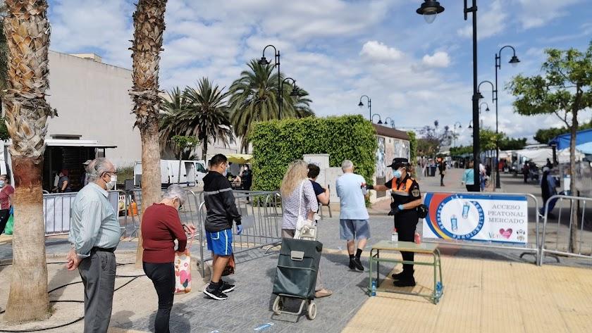 Uno de los accesos al mercado, que cambió su ubicación al Paseo Miguel de Cervantes.