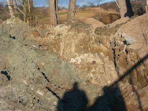 Photo: 2.1.2014 - Takto je skládka a nebezpečný odpad v ní oddělen od okolní přírody. Meteriál se nachází i mimo betonovou plochu !!! — Dekontaminační plocha Rokytí.