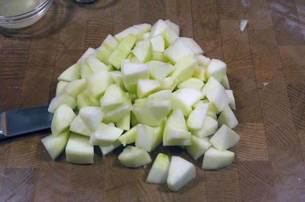 Peel the apples, and then cut into 1/2-inch pieces.