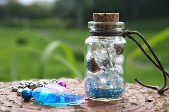 Photo: Arrange Oneさん光る勾玉とガラス瓶 瓶の中の茶色いボールはココナツの実だそうです。