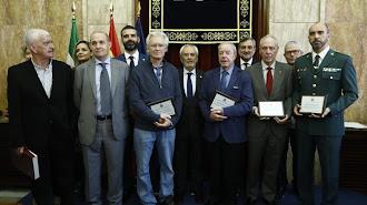 Autoridades y premiados posan tras el acto del Día de la Constitución