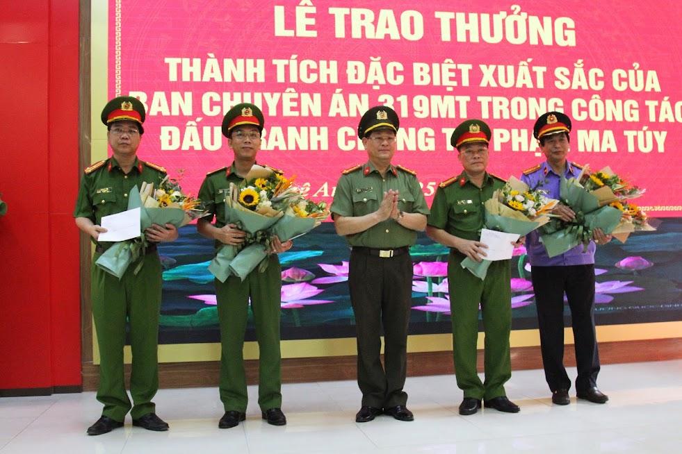 Đồng chí Đại tá Nguyễn Hữu Cầu, Giám đốc Công an tỉnh tặng hoa chúc mừng Ban chuyên án