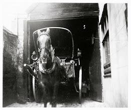 Photo: 1910 Bakkerskar met paard van bakker Mol.