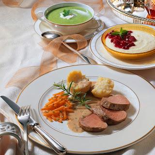 Grieß-Dessert mit heißer Himbeer-Preiselbeerssauce