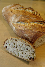 Photo: Et voilà ce pain aux noisettes, cuit et tranché, et bien croustillant avec ça :)