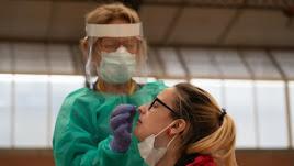 Una enfermera toma muestras a una mujer para un test del coronavirus