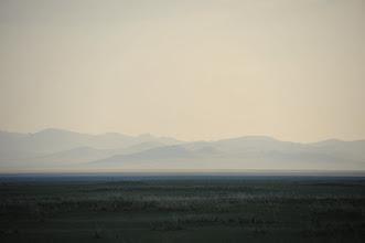 Photo: Bien que l'horizon soit bouché, ce jour, par une brume persistante, je pars en balade dans la steppe, au gré de mon inspiration. Ce sont des moments uniques, ou l'on comprend pourquoi les Mongols se considèrent (à juste titre) comme le pays de la liberté.