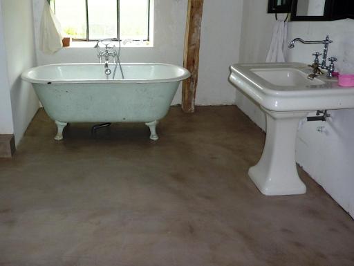 sol salle de bain en béton ciré