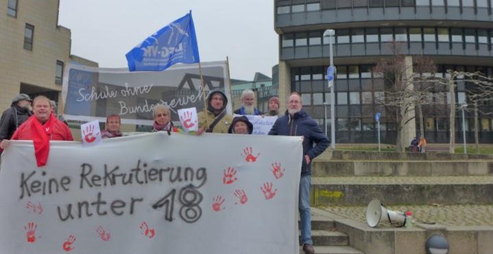 Demonstranten mit DFG-VK-Fahne und Transparenten vor dem Landtag: «Schule ohne Bundeswehr», «Keine Rekrutierung unter 18».