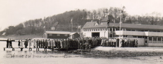 Photo: 1930-erne. Standerhejsning i Kolding Roklub. Bemærk taleren står på taget.