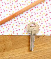 ướm chìa khóa của mình lên tấm giấy màu và dùng bút chì vẽ viền xung quanh phần đầu chìa khóa
