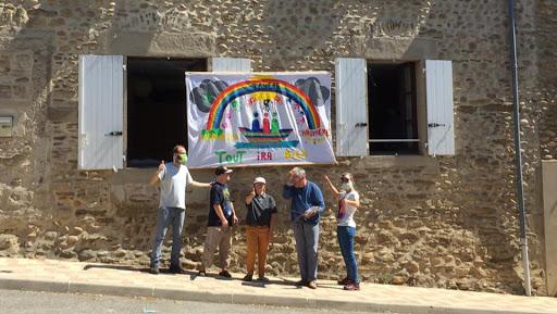 """""""Tout ira bien"""" - Banderole peinte et affichée par L'Arche de La Vallée sur le mur d'un des foyers"""