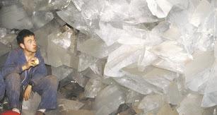 Efrén Cuesta, descubridor de la geoda de Pulpí, junto a su hermano Adrián y su padre José Manuel el 1 de enero de 2000.