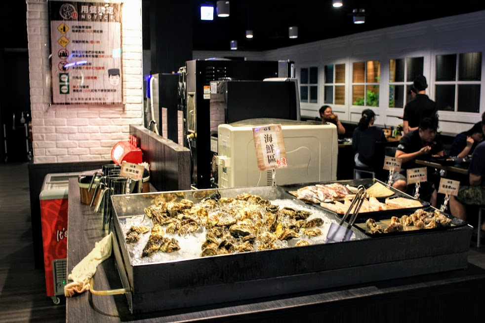 生猛海鮮吧檯,有一些新鮮魚貨在這邊可以自行拿取