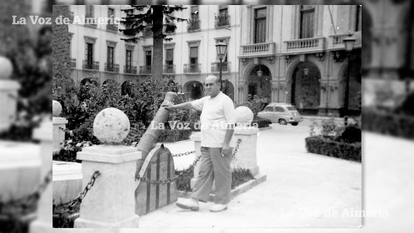 Sobre el lugar donde habían estado ubicados los urinarios de la Plaza Vieja construyeron en los años sesenta un monumento con dos cañones de hierro.