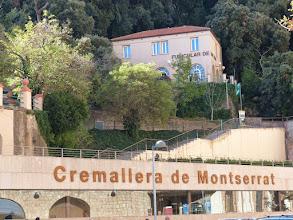 Photo: El cremallera de Montserrat está situado en el municipio barcelonés de Monistrol de Montserrat, Cataluña, España. Une la localidad con la montaña de Montserrat. Fue inaugurado el 6 de octubre de 1892 por la compañía Ferrocarriles de Montaña de Grandes Pendientes. En el año 2008 transportó a 489.665 viajeros. Tiene una capacidad de transporte para 1.500 personas cada hora.