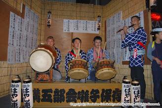 Photo: 【平成19年(2007) 宵宮】 囃子連本部前桟敷に久保囃子連の皆さんが友情出演。