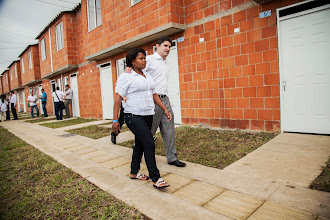 Photo: El nuevo Ministro de Vivienda, Luis Felipe Henao Cardona, acompañó a una de las beneficiarias a conocer su casa gratis.