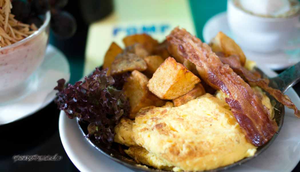 Foto: Cheese-Omelette mit extra viel Käse und Bacon.  Zu allen unseren Eierspeisen servieren wir wahlweise ofenfrisches Baguette & Butter oder Countrypotatoes oder hausgemachte Polenta.