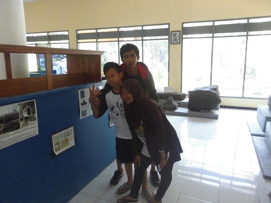 Mr. Willy dan Ms. Illa Mendampingi Salah-satu Peserta