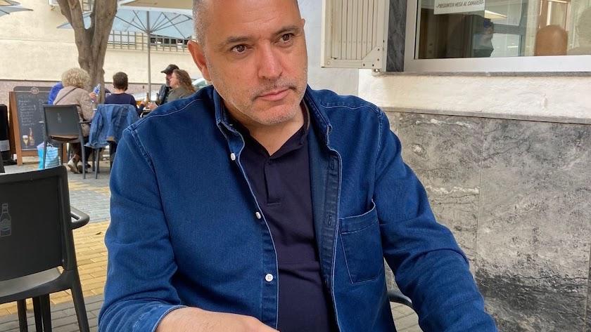 Nacido en Almería en 1967, Pedro Asensio es autor de dos ensayos y cuatro novelas.
