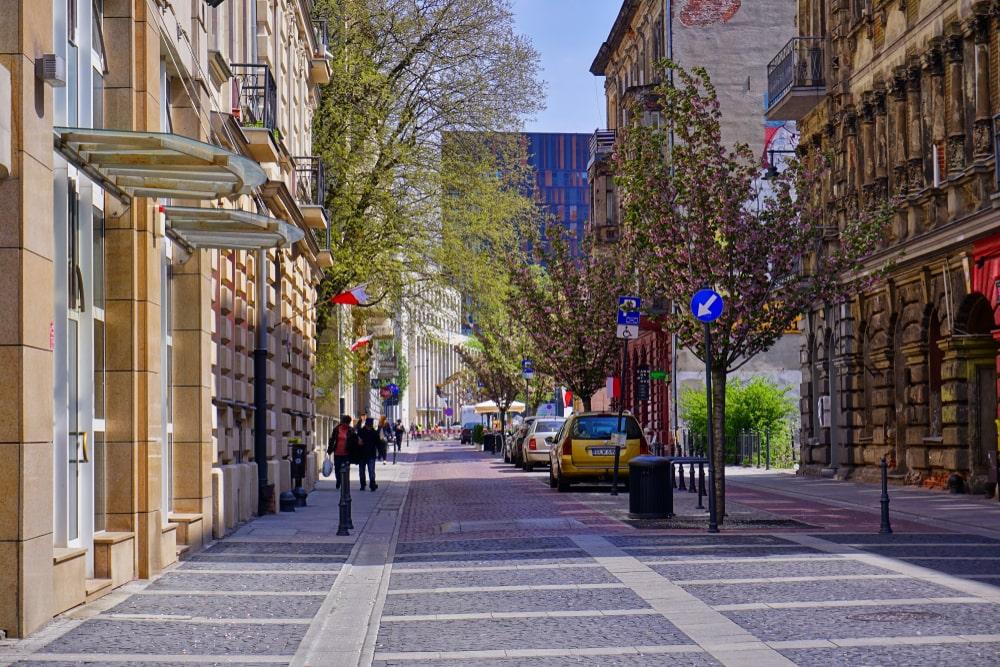 Compartilhamento de espaço por pedestres e carros ajuda a ter uma mobilidade mais segura. (Fonte: Shutterstock)