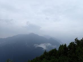 後方に唐沢岳と餓鬼岳(その右に燕岳)