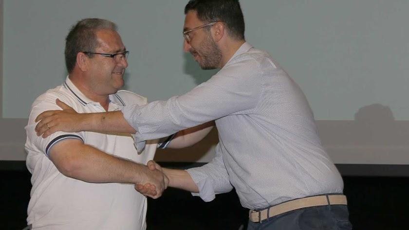 Vicente Puertas y Pierre Mevy en un apretón de manos.