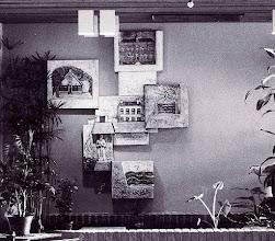 Photo: Monumentale staptegels in een bejaardencentrum in een gebouw met voorheen een andere functie, 1978 tegels uitbeeldend boerderij, boerenland, klassieke gevel, graafwerk en waterbeheer foto Elbert de Bruin, Rotterdam, ingezoomd