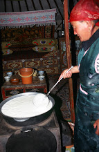 Photo: 03394 ブルド/ハスバター家/ウルム(乳製品)作り/杓子ですくいながら火にかけると泡立つ。火からおろして放置し、翌日に出来あがる。