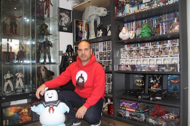 Víctor Miralles, responsable de la campaña de expectación de la muestra, tiene una colección de 250 piezas.