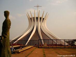 Photo: BRESIL-La cathédrale de Brasilia, oeuvre d'Oscar Niemeyer. Ville classée au Patrimoine mondial de l'Unesco.