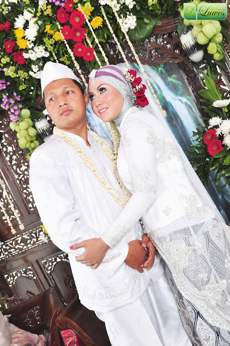 Pengantin dengan hijab modifikasi dan busana akad