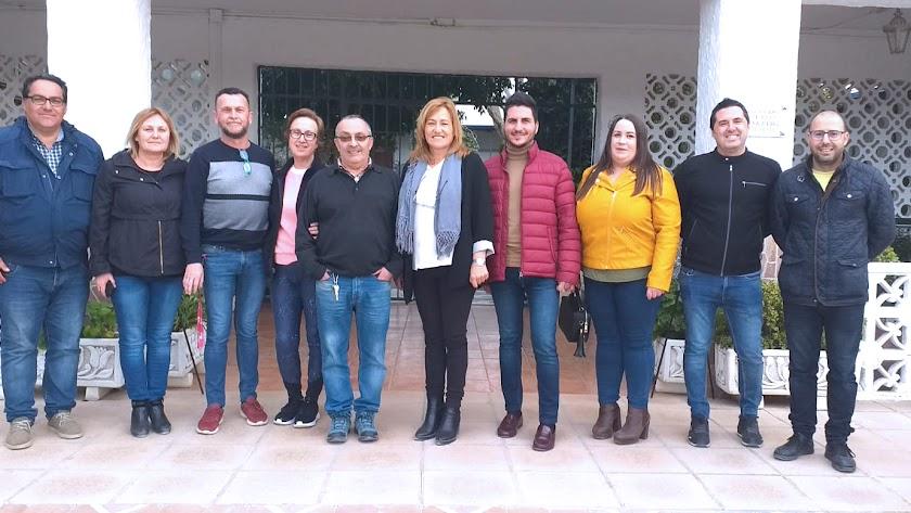 Alcaldesa y concejales con miembro de Nuevo Rumbo.