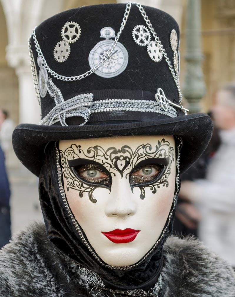Oltre la maschera di Andrea Scuri