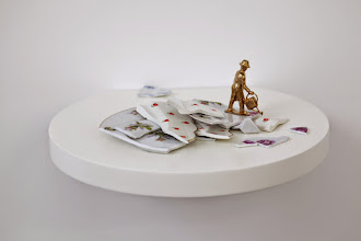 Photo: El jardinero 2014 Figura de bronce con fragmentos de platos rotos de porcelana sobre estante redondo 14,5 x 31 x 28 cm