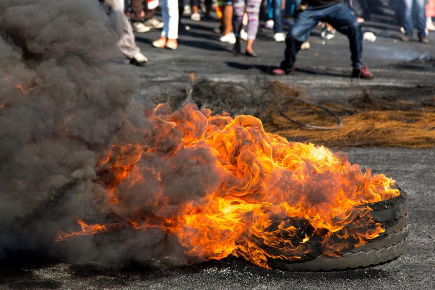 Mob het vermeende moordenaar verbrand nadat liggaamsdele van 'n seun wat in sy yskas gevind is - SowetanLIVE Sunday World