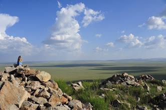 Photo: Trek - Après une bonne marche et une montée harrassante (ces collines sont plus abrupte qu'il n'y paraît ! et nous sommes à 1.500 m d'altitude), on est enfin récompensé par le spectacle grandiose des nuages glissant sur l'immensité de la steppe. Au sommet,