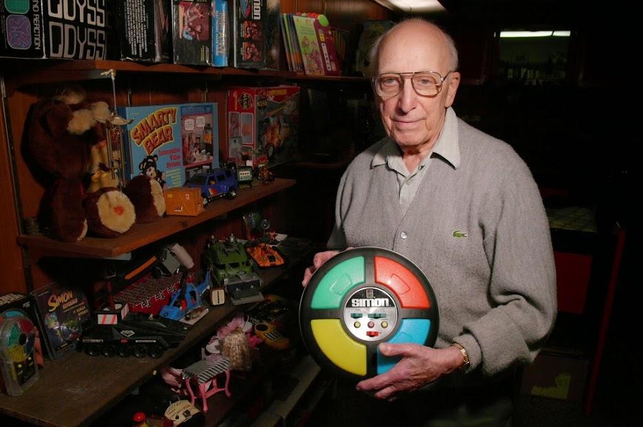 Ralph Baer, el abuelo de los videojuegos, con su creación más famosa: Simon, que dio un golpe duro a la recién industria de videojuegos.