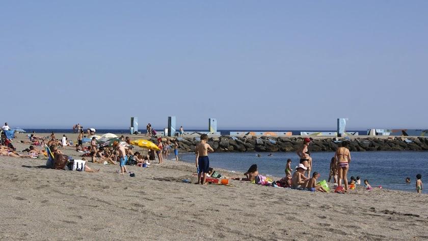 La playa de El Zapillo no recibirá los mismos bañistas este año.