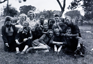 Photo: JG kamp Odoorn 1953 Vooraan: Geesje Rozenveld Eexterzandvoort, Hendrik Hadderingh Thalezoon, Aaltje Moek en Rem Oosting. middelste rij: Hennie Hadderingh, Coba Schiphouwer, Hendrik Lanjouw Anderen, Lammie Meijeringh Eexterzandvoort. Bovenste rij: Berendje kerkveld, Hennie Wilms, Dominee van Wezep, Lammechientje Enting, Jan Stokker, Lucie Kremer en Hendrik Hoving.