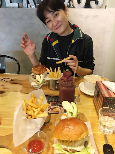 氣氛好 料理美味 吃得飽  美式漢堡來說價格不貴 算cp值高囉😊