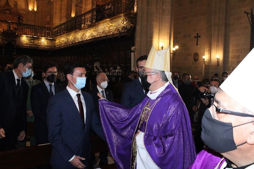 El obispo, Antonio Gómez, saludando al presidente de la Diputación, Javier Aureliano García.