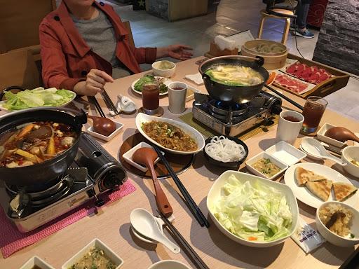 東北特色小菜比較特別 雖然有點鹹 酸菜鍋味道較淡 麻辣鍋一般 服務不錯 環境很舒服 除了火鍋可以點餃類麵食等東北食物 很方便